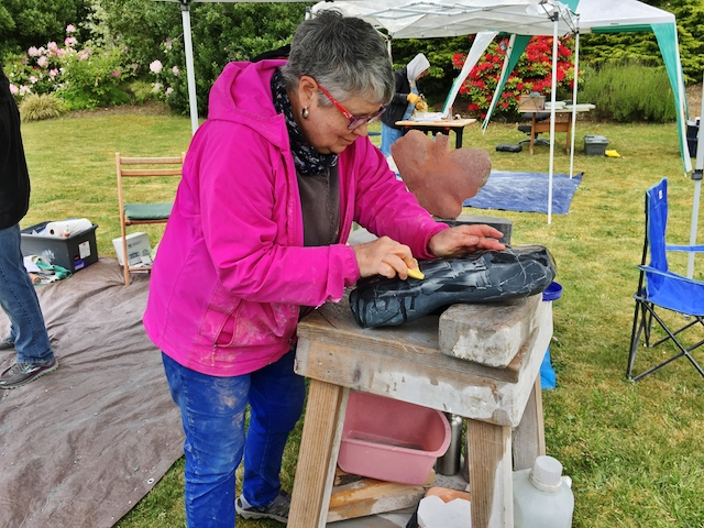 Sculptor MJ Anderson during the Women's Hand Carving weekend. Photo by Carmen Chacon.